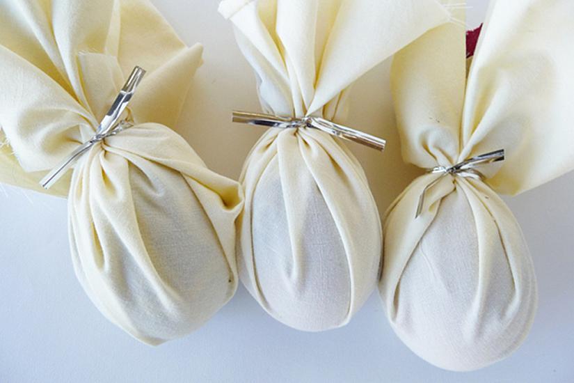 Следва да обвиете всяко яйце още веднъж с бяло парче памучен плат.