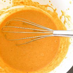 Разбийте сладките картофи, яйцата, млякото, разтопеното масло и ванилията