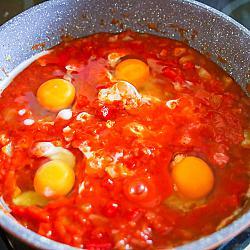 Направете дупка в соса с лъжица и счупете яйце директно в нея.