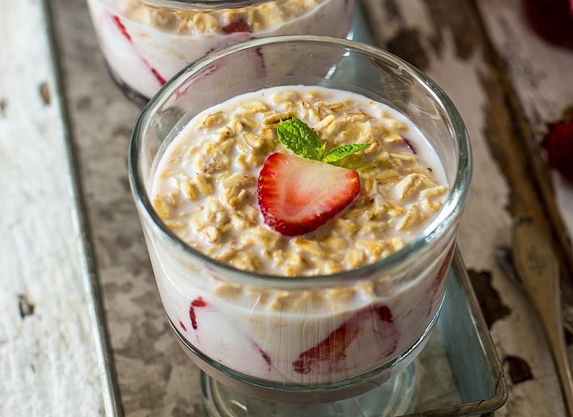 Здравословна закуска с овесени ядки и ягоди